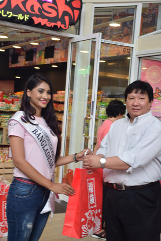 New Supa Maketto director CS Yong presenting a goody bag to Miss Cosmopolitan World Bangladesh 2016 Zohra Etisha