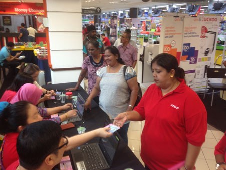 jom-shopping-deepavali-2016-participants-collecting-their-shopping-voucher-at-the-registration-counter