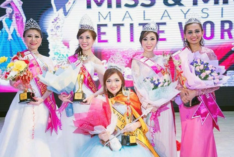 Top 5 Mrs Malaysia Petite World 2017 -Winni Lai (centre) poses with 4th runner-up Sherene Moong, 1st runner-up Fanny Lee, 2nd runner-up Yvonne Ong and 3rd runner-up Bkay Nair