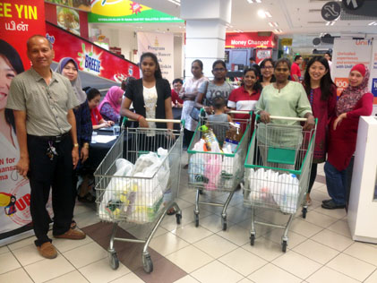 Yeo (second from right) with Deepavali Jom Shopping recipients at Giant Kelana Jaya