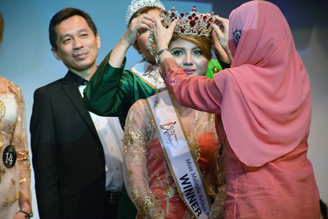 Amy Nur Tinie, 20, a beautician, has the crown placed on her head by Datuk Nor' Aini after winning the Miss Malaysia Kebaya 2016 title