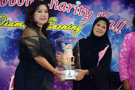 Breast Cancer Support Society of Segamat president Zorrilah Bt Ab Hamid received the Pink Angels Recognition Award from foundation founder and CEO Yong Lee Lee