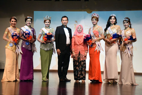 Jason Hee (fourth from left) and Datuk Nor'Aini Abd Wahab (on Hee's left) posing with the top 3 winners of Miss & Mrs Malaysia Kebaya 2016