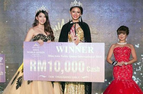 linn-kalayar-oo-right-receives-a-mock-cheque-of-rm10000-champion-prize-from-last-years-winner-elie-ng-left