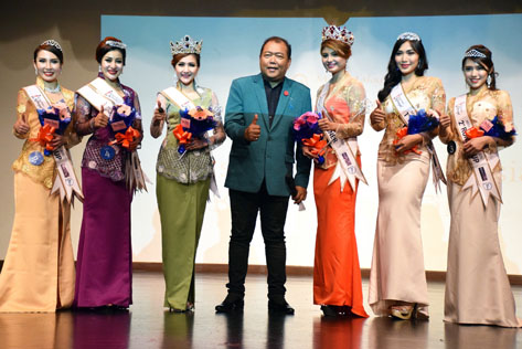 MC Mahadzir Lokman gives a thumbs up while smiling and posing with the Miss & Mrs Malaysia Kebaya 2016 winners