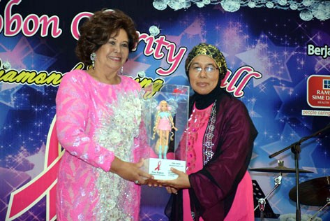 Pink Champion Perak president Mardianah Mohd Yusof received the Pink Angels Recognition Award from foundation patron Puan Sri Maniseh Adam