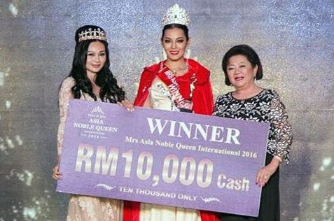 Sarnai Saranchimeg (centre) receives a mock cheque of RM10,000 from Puan Sri Louise Chiam (right). With them is Asia Noble Queen International Organisation president Jan Sit (left).