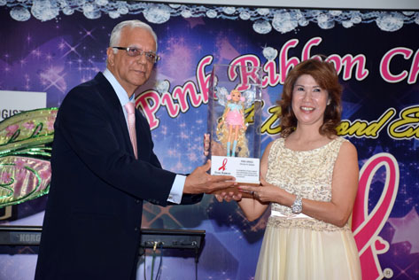 Tawau Kinabalu Pink Ribbon chairlady Christy Fe Salazar received the Pink Angels Recognition Award from foundation founder and chairman Datuk Dr M. Devanand